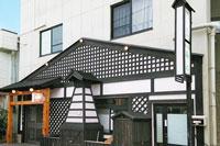 「和風ペンションし喜」の外観。1階は居酒屋「潦り茶屋し喜」です。